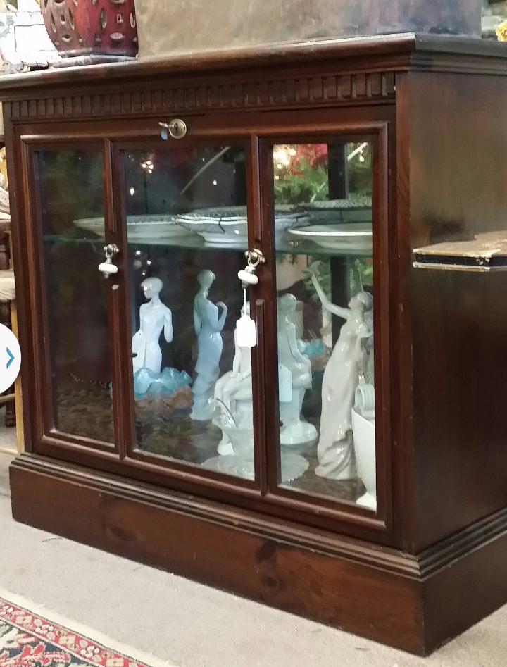 ... Vintage Mahogany Glass Front Locked Lighted Display Case/Liquor Cabinet.  Furniture (2)